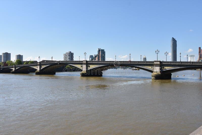A torre branca famosa e a torre de Londres do banco sul através do rio Tamisa Atração turística histórica popular na foto de stock royalty free