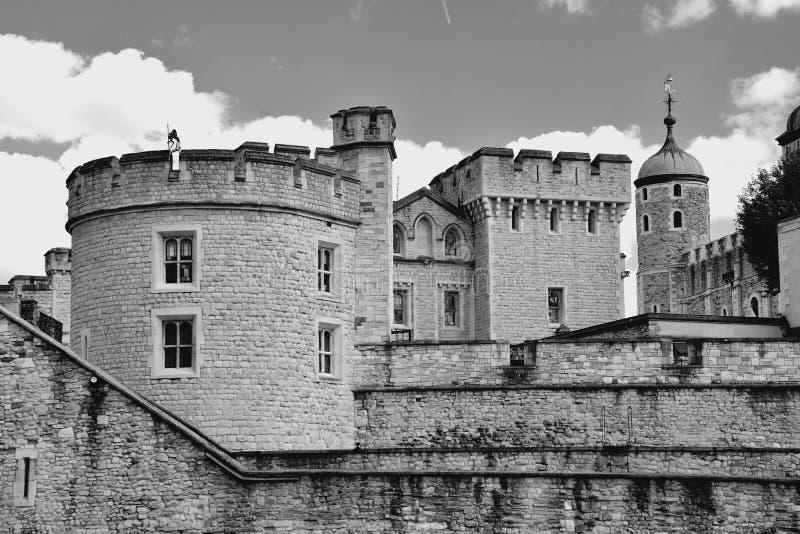 A torre branca famosa e a torre de Londres do banco sul através do rio Tamisa Atração turística histórica popular na imagem de stock