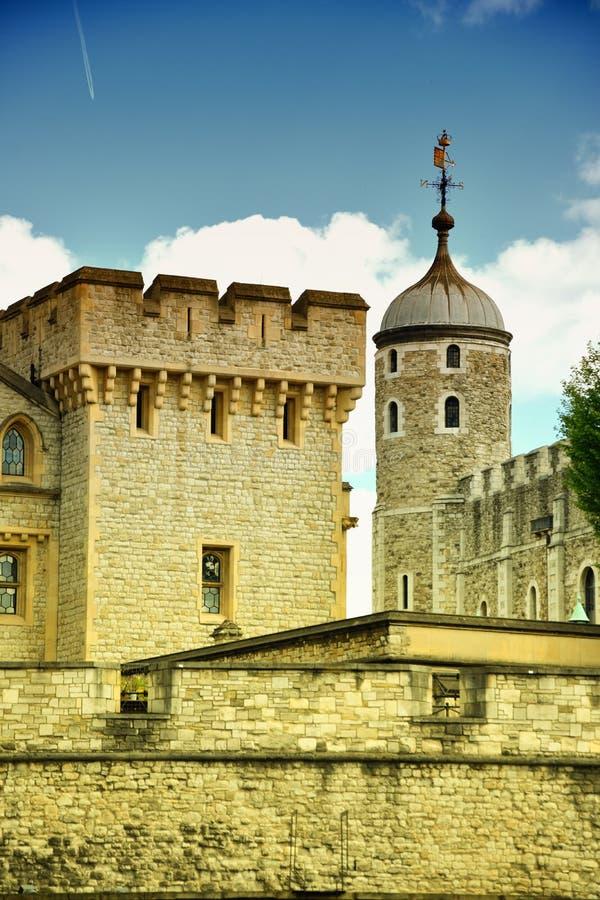 A torre branca famosa e a torre de Londres do banco sul através do rio Tamisa Atração turística histórica popular na imagem de stock royalty free