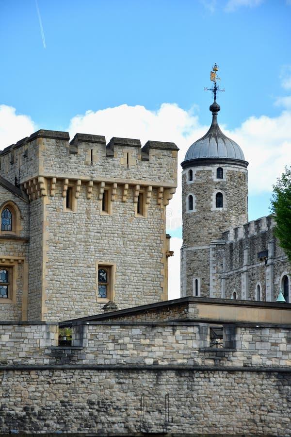 A torre branca famosa e a torre de Londres do banco sul através do rio Tamisa Atração turística histórica popular na fotos de stock