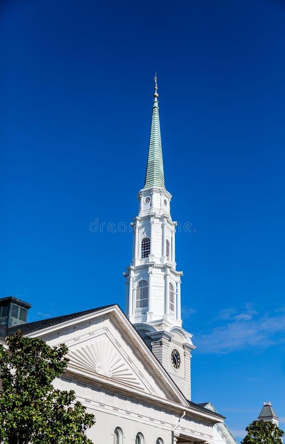Torre branca na igreja imagens de stock