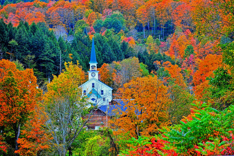 Torre branca pequena dobrada afastado as montanhas verdes coloridas HDR foto de stock royalty free
