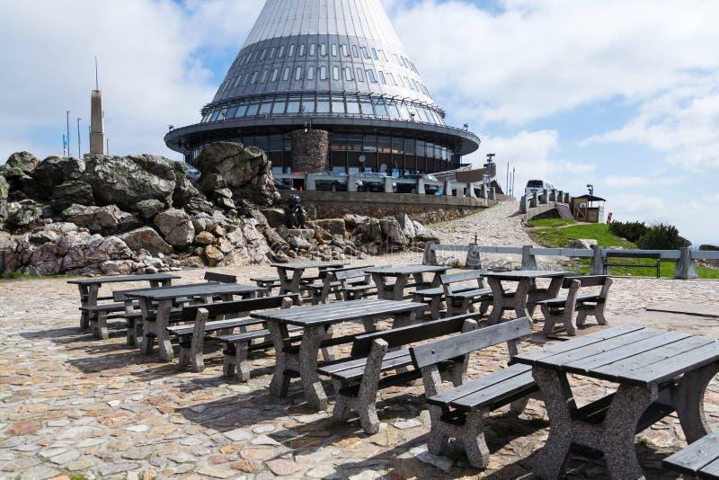 Torre bromeada del transmisor de la telecomunicación en la montaña Jested, Liberec, República Checa fotos de archivo