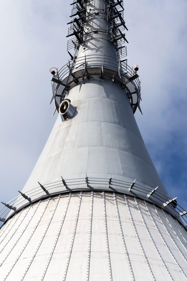 Torre bromeada del transmisor de la telecomunicación en la montaña Jested, Liberec, República Checa imagenes de archivo