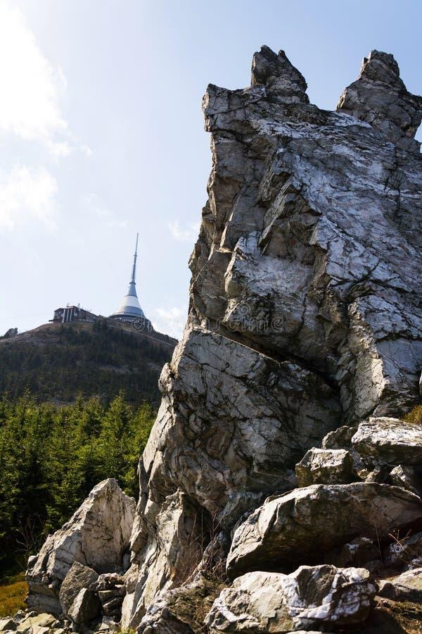 Torre bromeada del transmisor de la telecomunicación en la montaña Jested, Liberec, República Checa imagen de archivo