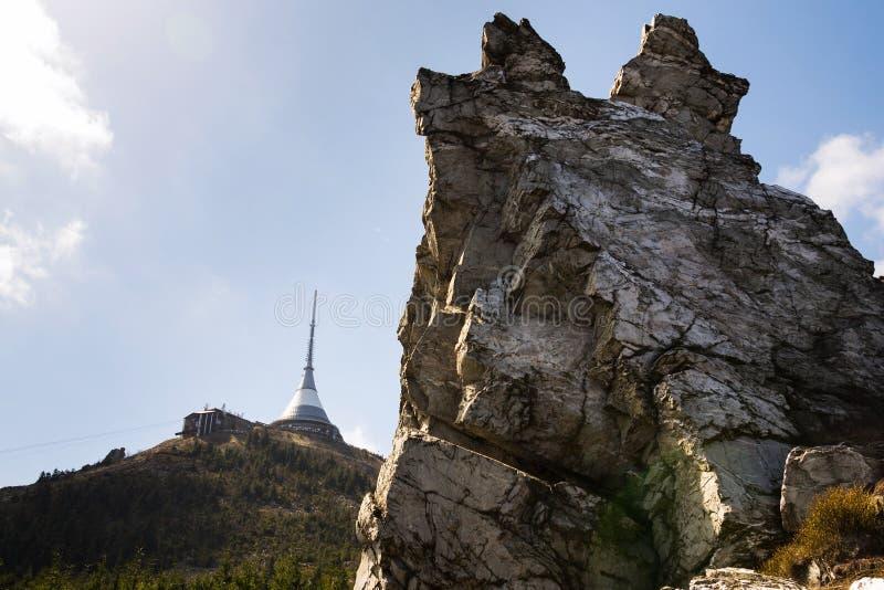 Torre bromeada del transmisor de la telecomunicación en la montaña Jested, Liberec, República Checa imágenes de archivo libres de regalías