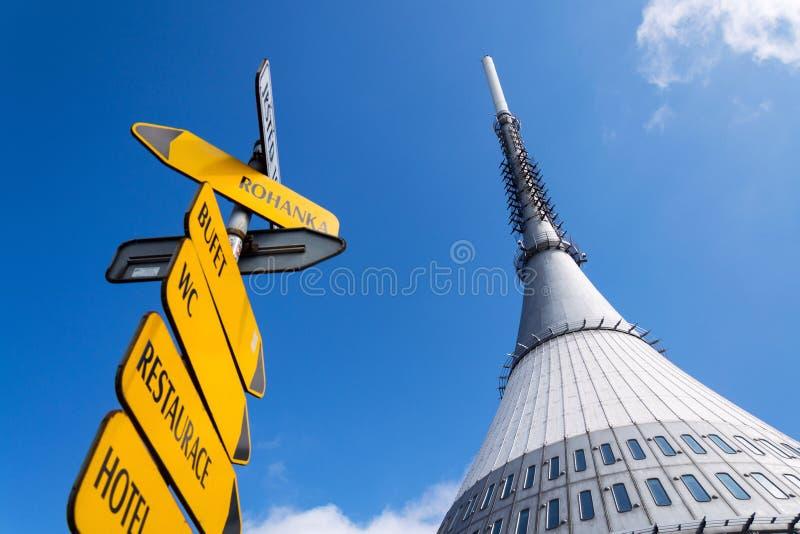 Torre bromeada del transmisor de la telecomunicación en la montaña Jested, Liberec, República Checa fotografía de archivo