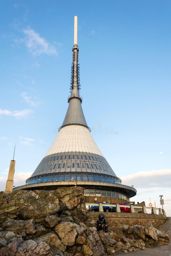 Torre bromeada, transmisor de la telecomunicación en la montaña Jested, Liberec, República Checa fotografía de archivo