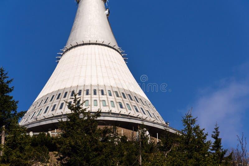 Torre bromeada, transmisor de la telecomunicación en la montaña Jested, Liberec, República Checa fotos de archivo libres de regalías