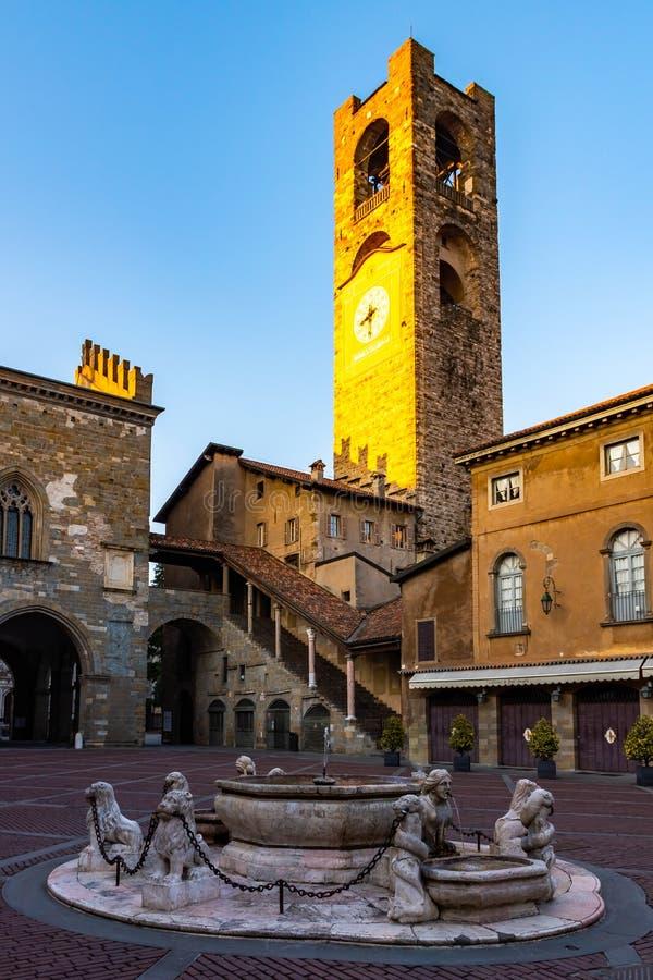 Torre cívica de Campanone na praça quadrada principal Vecchia na cidade medieval superior em Bergamo foto de stock royalty free