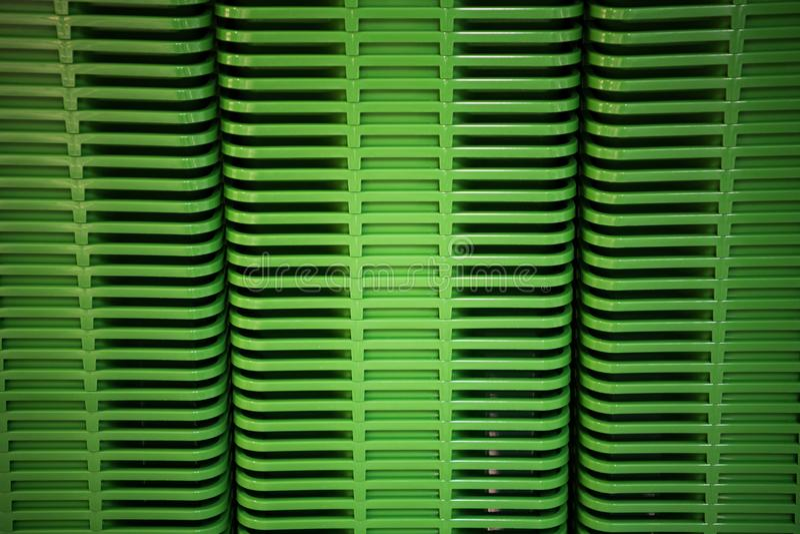 Torre casera plástica verde de los envases en la tienda fotografía de archivo