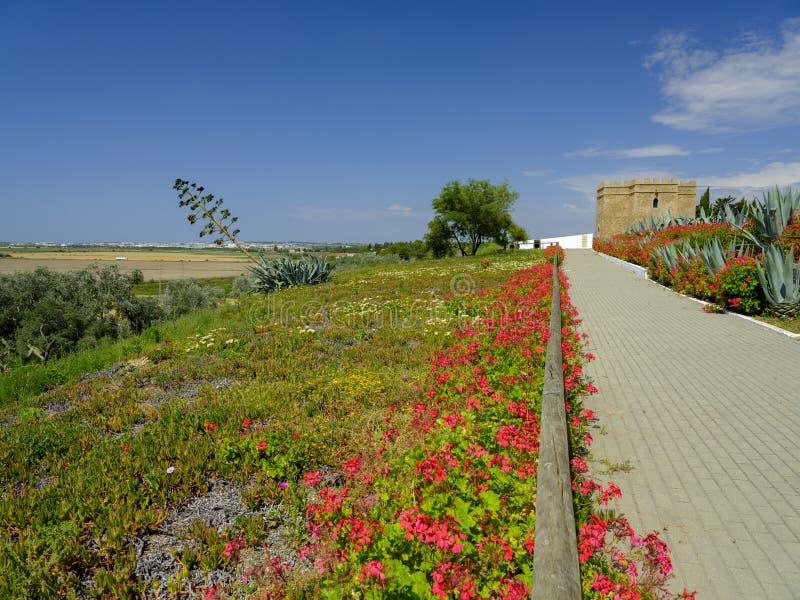 Torre Castillo de dona Blanca och trädgårdar royaltyfria bilder