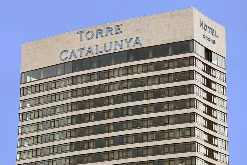 Torre Catalunya 1970, skyskrapa i Barcelona (Spanien) Blå sky i bakgrunden royaltyfri fotografi
