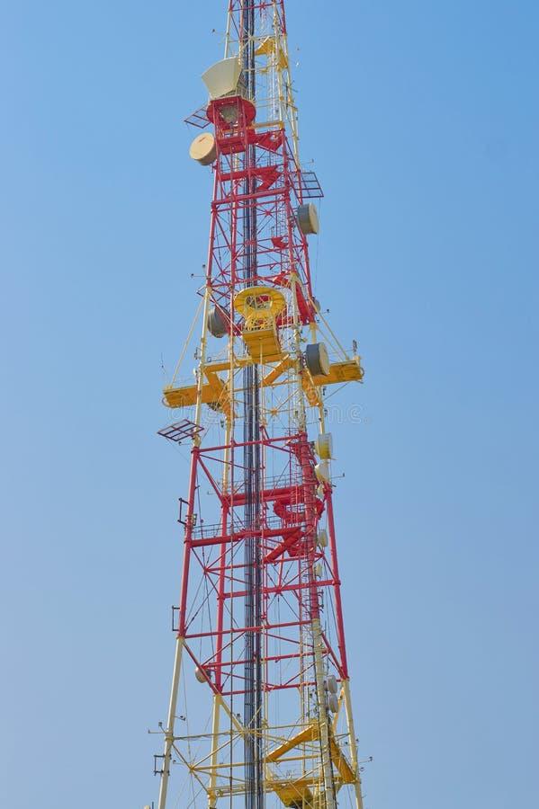 Torre cellulare con le antenne per la gente di collegamento per mezzo di telefonia e Internet fotografia stock