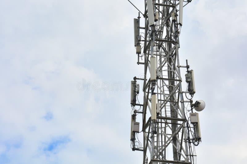 Torre celular com as antenas para povos de conex?o por meio da telefonia e do Internet Equipamento de telecomunicação na torre Fi imagem de stock