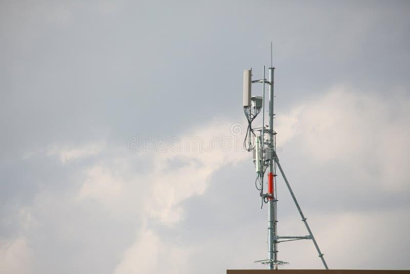 Torre celular da telecomunicação do transmissor com comunicações da multiplicidade das antenas telefone celular da torre da micro foto de stock