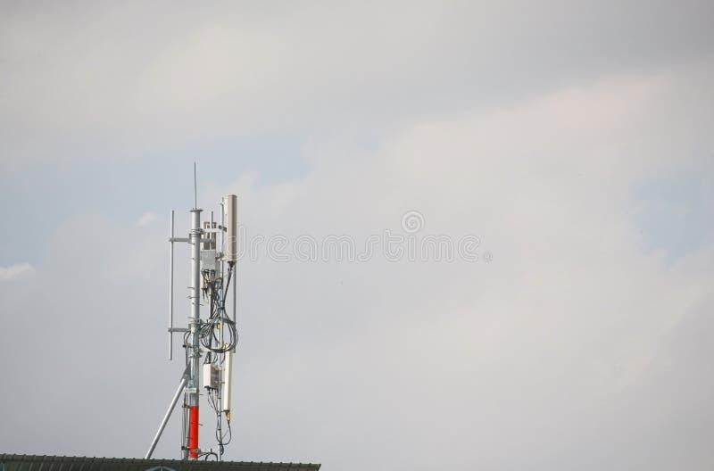 Torre celular de la telecomunicación del transmisor con comunicaciones de la multiplicidad de las antenas teléfono celular de la  imagen de archivo libre de regalías