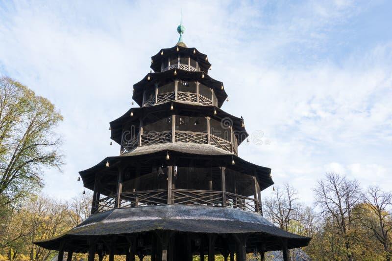 Torre china en el Englischer Garten en Munich, Alemania foto de archivo libre de regalías