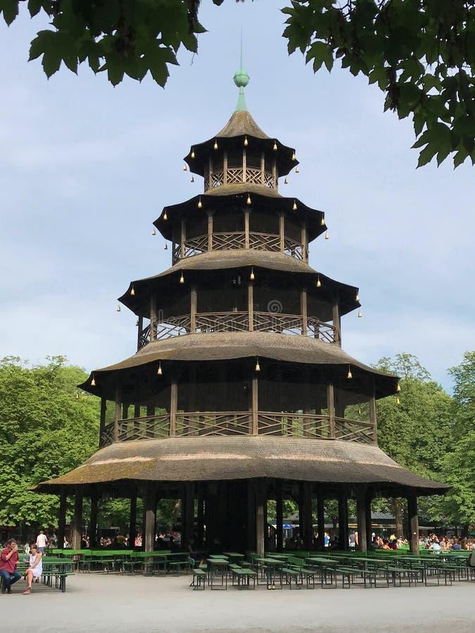 Torre china en el jardín inglés de Munich, Alemania en una visión vertical imagen de archivo libre de regalías