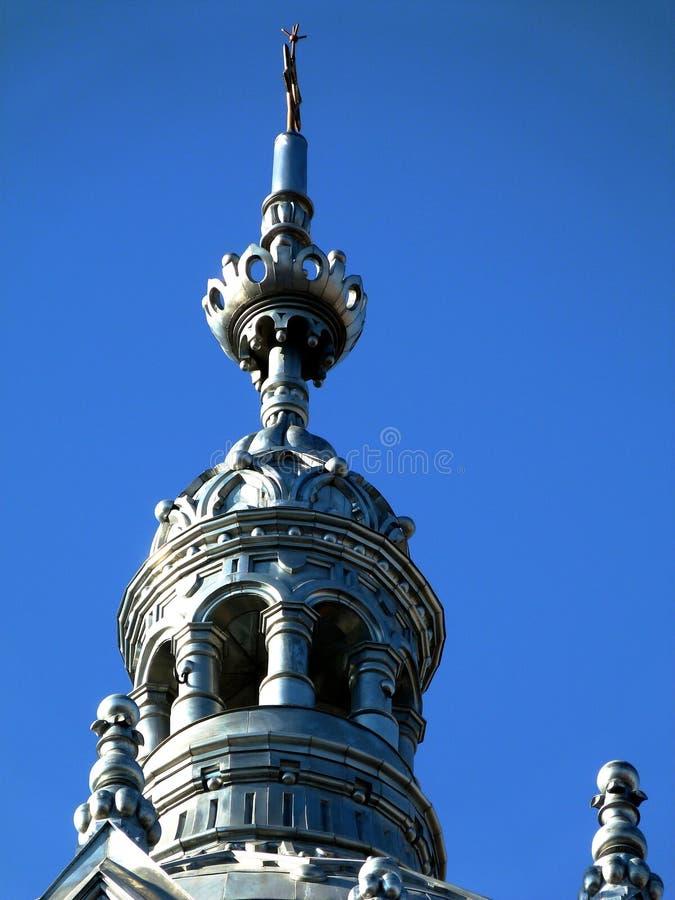 Torre cinzenta metálica do zink da construção da sinagoga sob o céu azul imagens de stock