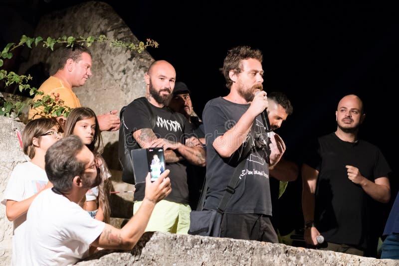 TORRE COLIMENA, ITALIEN - 1 augusti 2019, Protest mot utsläpp av reningsverket till Joniska havet. Ekologiska demonstranter arkivfoto