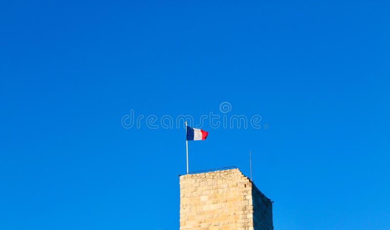 Torre com a bandeira francesa em Antibes, França fotos de stock