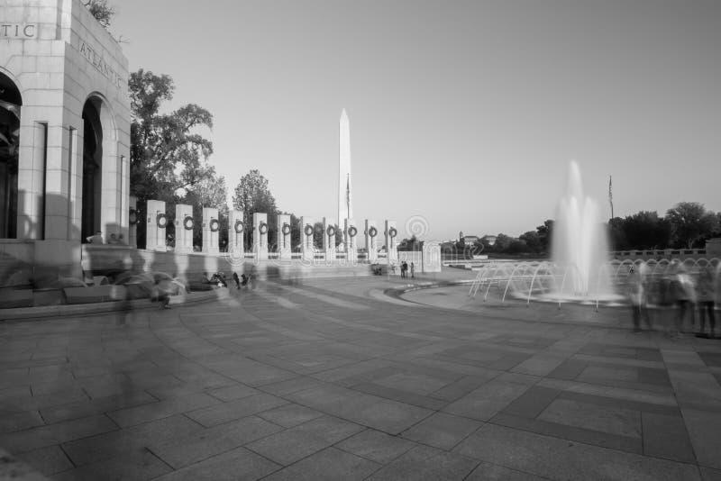 torre commemorativa di Washington che riflette nello stagno riflettente al sunse fotografia stock libera da diritti