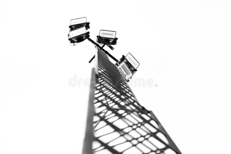 Torre con cinque proiettori all'arena di sport immagini stock