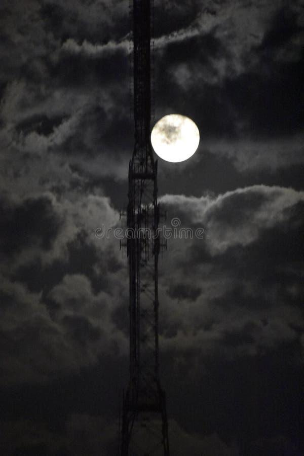 Torre con il fondo della nuvola e della luna fotografie stock libere da diritti