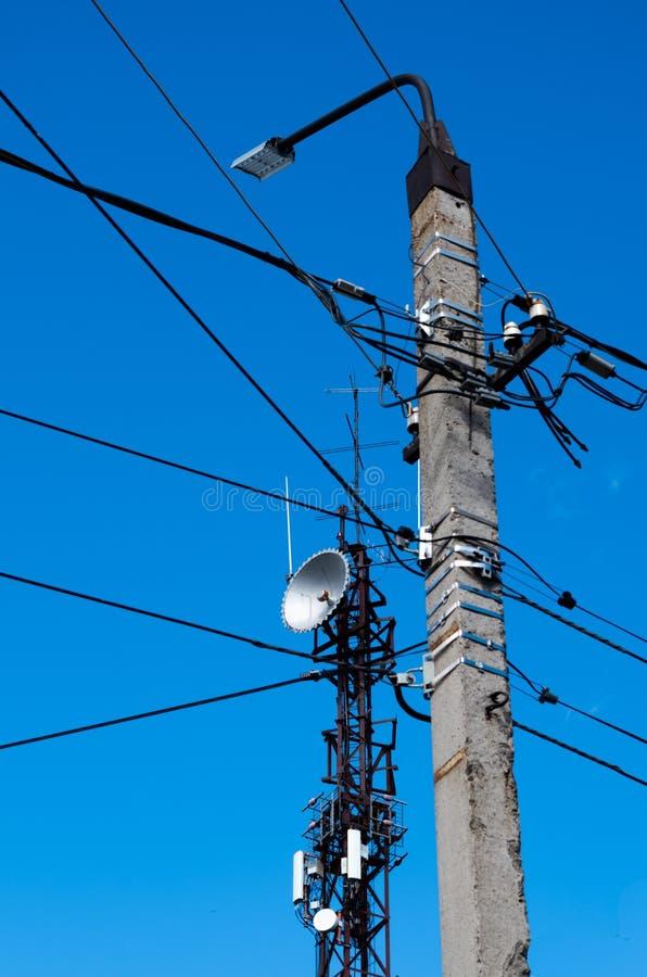 Torre con le antenne e una colonna concreta fotografia stock