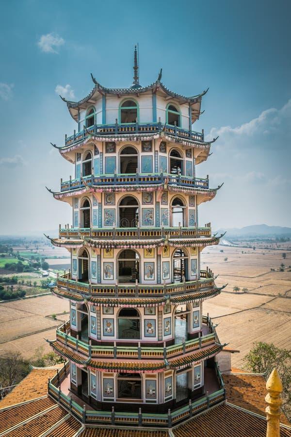 Torre con stile cinese al tempio di Tham o di Wat Tham Suea Suea in Kanchanaburi, Tailandia fotografia stock