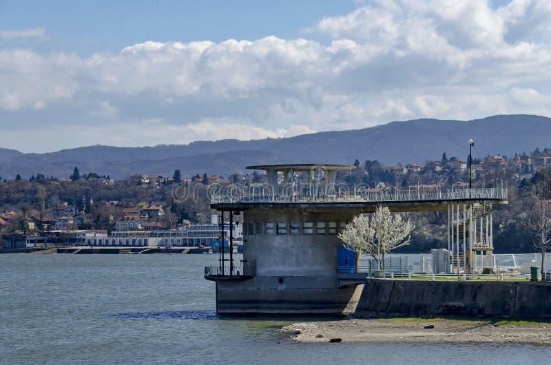 Torre concreta - equipamento da represa pitoresca, água do recolhimento do rio de Iskar foto de stock royalty free