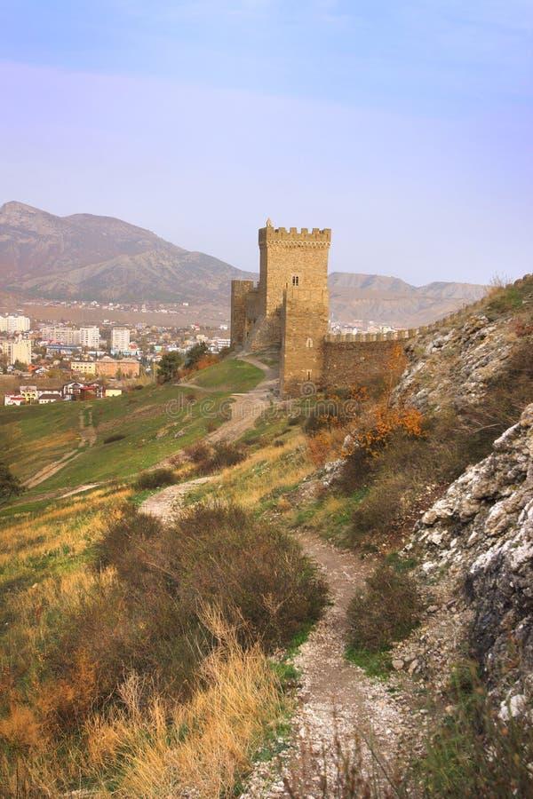 Torre consular de la fortaleza Genoese en la península de Crimea foto de archivo