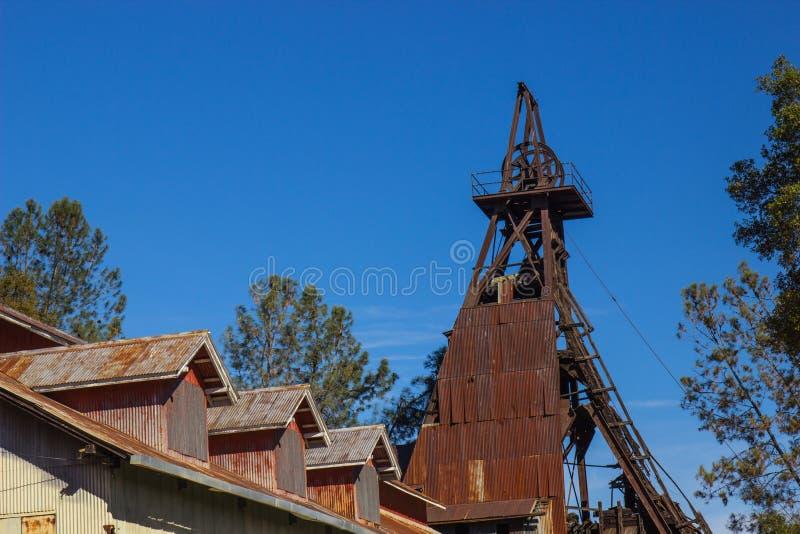 Torre & costruzione di estrazione mineraria nella sierra colline pedemontana fotografia stock