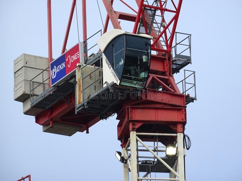 Torre Crane Above The Rooftops do canteiro de obras imagens de stock royalty free
