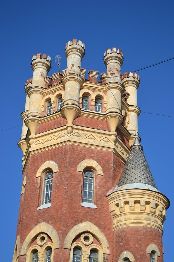 Torre da água (Pristrelnaya) no estilo gótico fotos de stock royalty free