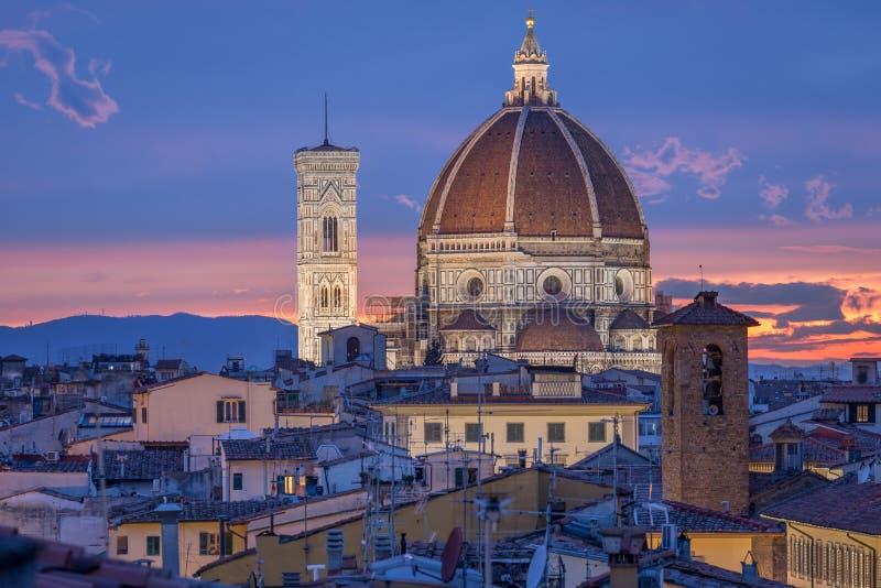 Torre da abóbada e de sino da catedral Santa Maria del Fiore em Floren imagens de stock royalty free