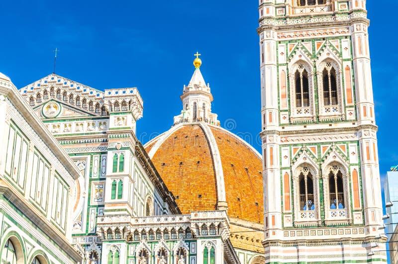 Torre da abóbada e de sino de Florence Duomo, di Santa Maria del Fiore de Cattedrale, basílica de St Mary da catedral da flor fotos de stock