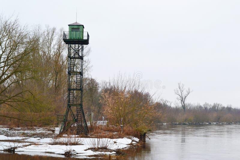 Torre da beira na costa Mukhavets do rio imagens de stock