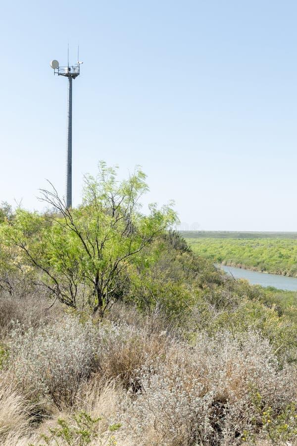 Torre da câmera da patrulha fronteiriça do Estados Unidos que olha sobre o Rio G fotografia de stock