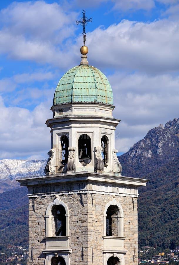 Torre da catedral de Saint Lawrence em Lugano, Suíça imagens de stock royalty free