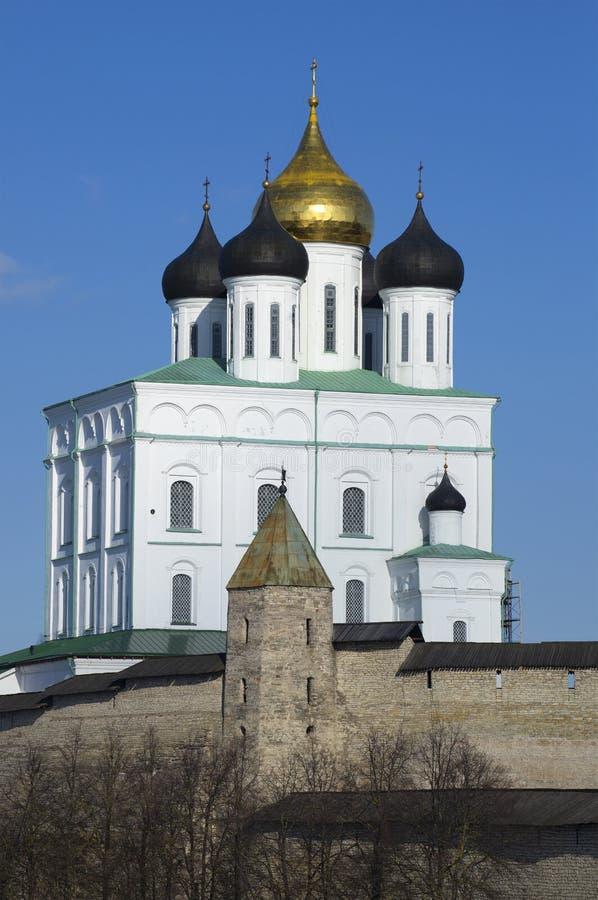 Torre da catedral e do Dovmontova da trindade Pskov Kremlin imagens de stock royalty free