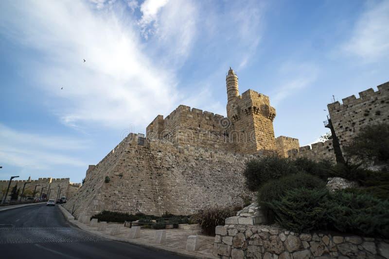 Torre da citadela de David ou de Jerusalém Jerusalem, Israel Pátio, atrás de uma parede de pedra alta E foto de stock