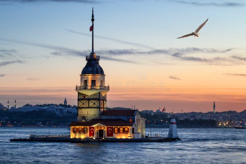 A torre da donzela na ilha no passo de Bosphorus imagens de stock