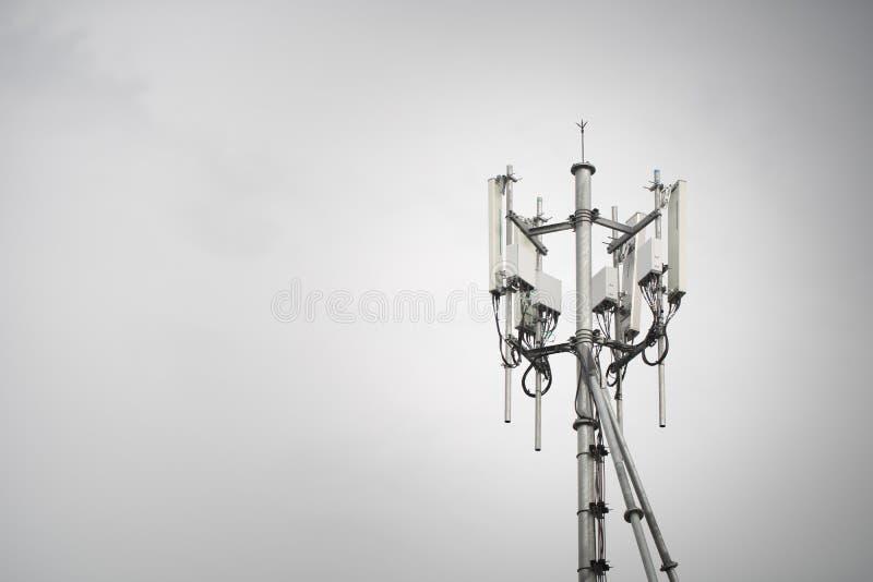 Torre da esta??o base do telefone celular fotografia de stock royalty free