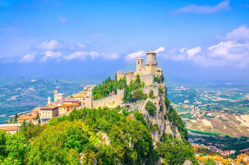 Torre da fortaleza de San Marino Prima Torre Guaita da república primeira com as paredes de tijolo na rocha de pedra de Titano da imagem de stock
