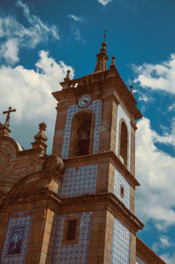 Torre da igreja coberta por azulejos coloridos foto de stock royalty free