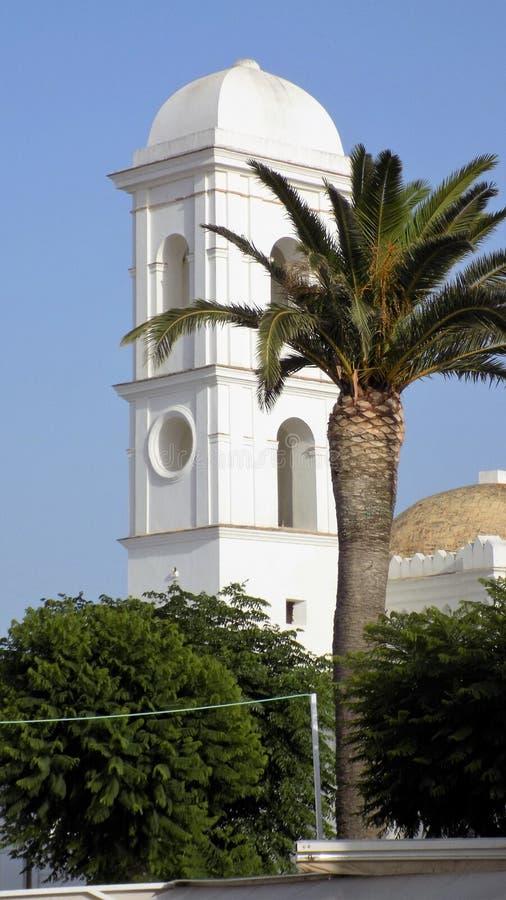 Torre da igreja-Conil de Santa Catalina Andaluzia-Espanha Europa imagens de stock