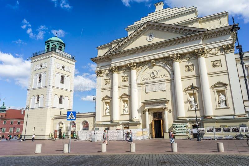 A torre da igreja e de sino do ` s de St Anne, Varsóvia imagem de stock