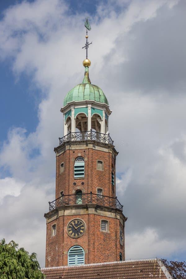 Torre da igreja evangélica no olhar de soslaio fotos de stock